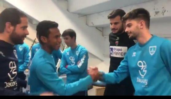 El futbolista indonesio Osvaldo Haay saluda a sus compañeros del Numancia B en el gimnasio de Los Pajaritos. CD Numancia