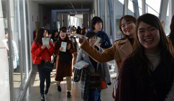 Las estudiantes, en su recorrido por las instalaciones.
