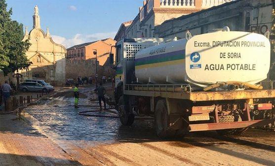 Una cisterna de la Diputación tras la riada en la localidad.