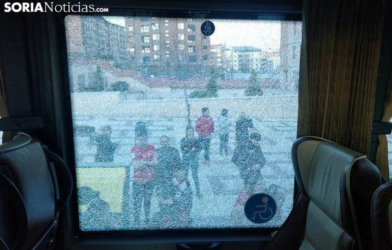 La luna fracturada de uno de los autobuses en los que viajaban aficionados pamploneses. /SN