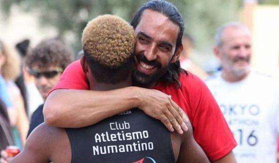 Enrique Márquez abraza a su pupilo David José Pineda. /CA Numantino