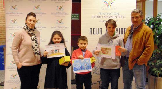 Los premiados con representantes de la fundación. /FPN