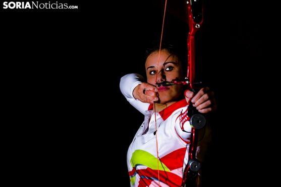 Raquel Frías, arquera de Rejas de San Esteban, realizando una demostración con su arco desnudo. David Almajano