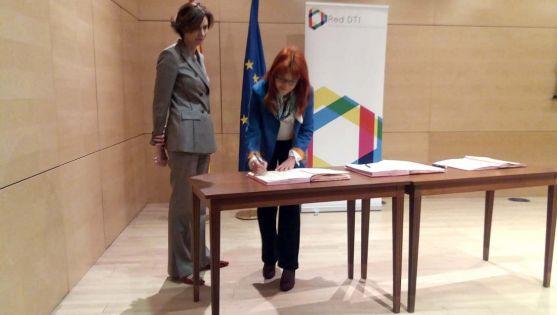 Ana Calvo estampa con su firma la adhesión al acuerdo. /Ayto.