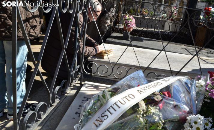Una imagen del homenaje de este viernes en el cementerio del Espino. /SN