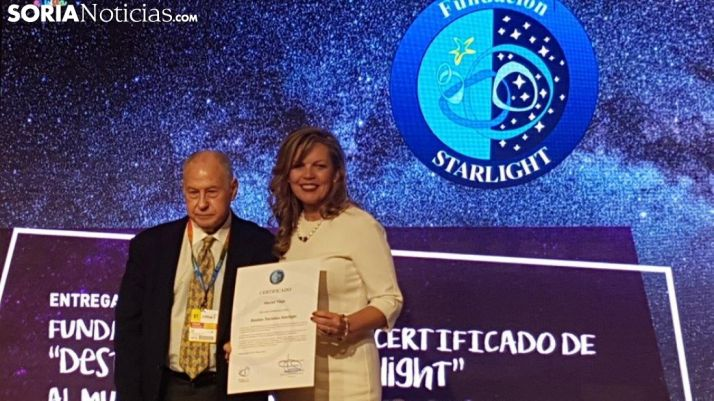 La alcaldesa de Muriel Viejo recogiendo el distintivo de la certificación Starlight.