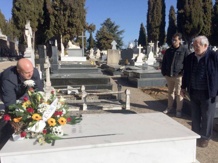 Aceña (izda.) en la sepultura de Odón Alonso. /Ayto.