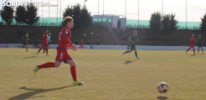 Ander conduce el balón ante el Astiorga en la Ciudad del Fútbol. SN