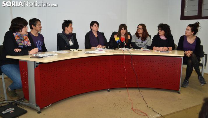 Mujeres pertenecienes a la Asamblea Feminista de Soria esta tarde en rueda de prensa. /SN