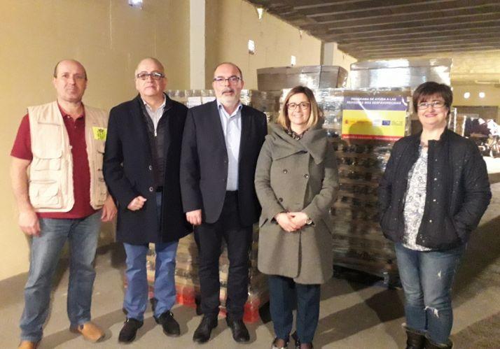 Foto 1 - Se entrega en el almacén de Cruz Roja la tercera fase de la campaña 2018 de ayuda a los desfavorecidos