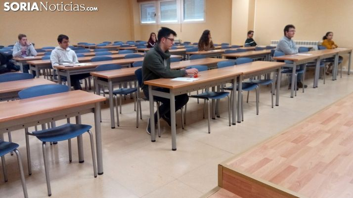 Los examinandos, en el aula 07 del campus esta mañana de sábado. /SN