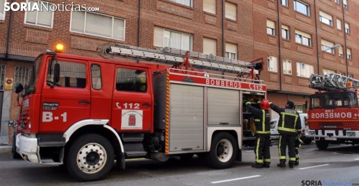 Un camión de bomberos y efectivos del Cuerpo en una intervención en la capital. /SN