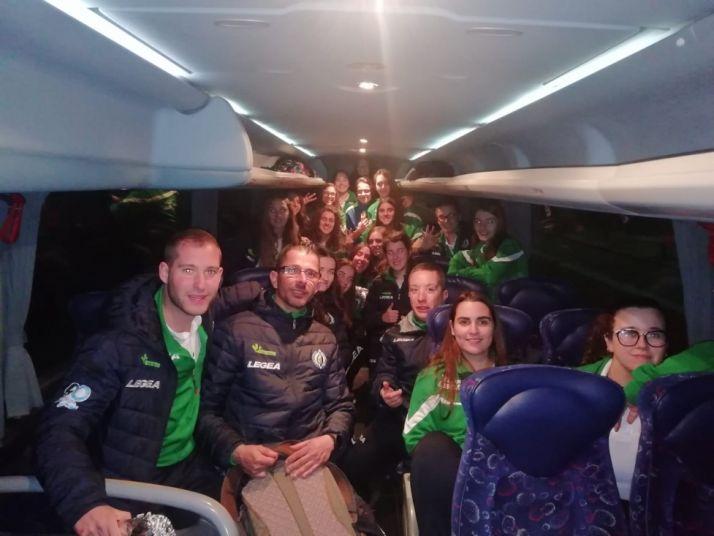 La plantilla colegial y femenina se hace una foto en el interior del bus que las lleva de vuelta a Soria. CD San José
