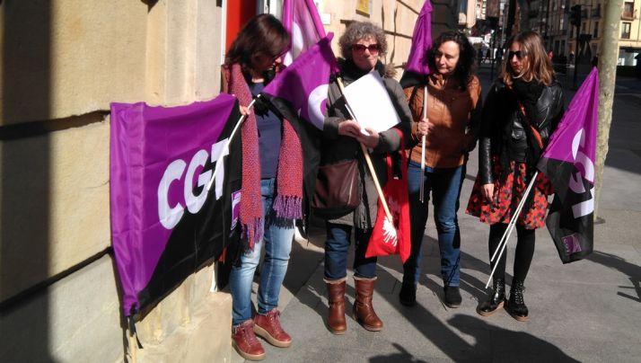 Activistas de la convocatoria a la entrada de la Subdelegación.
