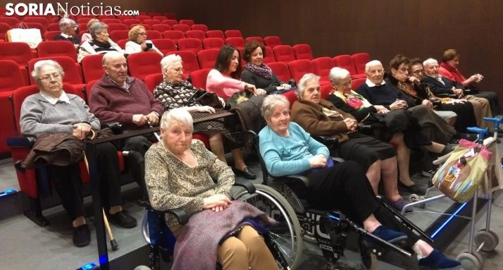 Los veteranos espectadores, antes del pase de la película. /SN