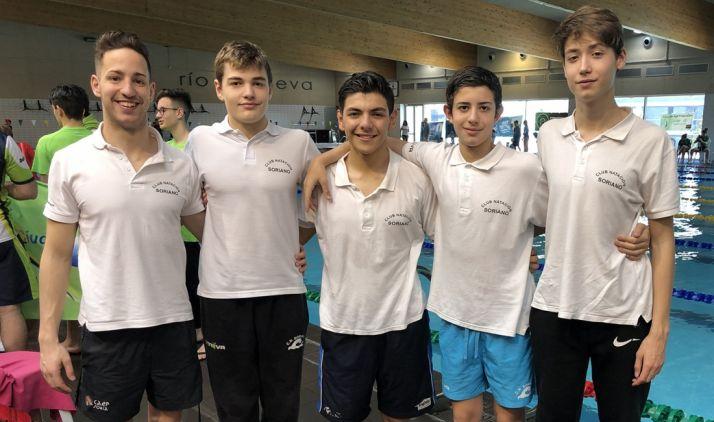 Los nadadores, con el entrenador, Sergio Martín (izda.).
