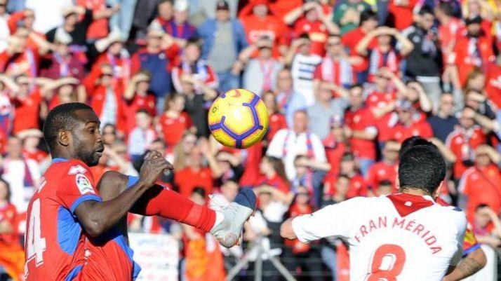 Pape Diamanka pugna por un balón con Fran Mérida. LaLiga