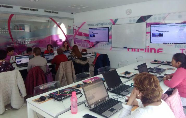 Foto 1 - Asovica inicia formación en nuevas tecnologías para mujeres con discapacidad y cuidadoras