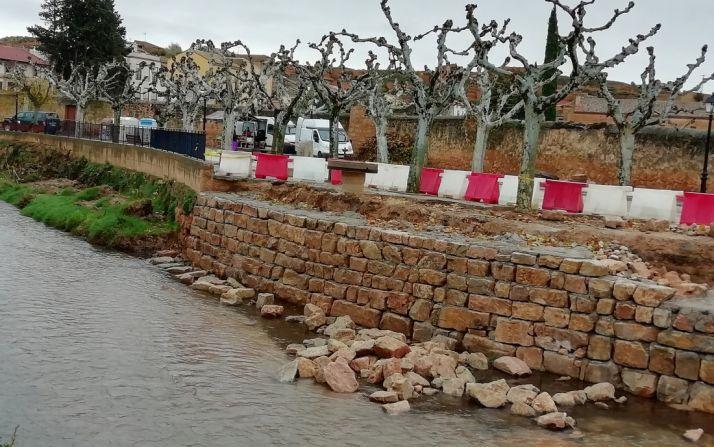 Muro en la orilla del Jalón, a su paso por la localidad.