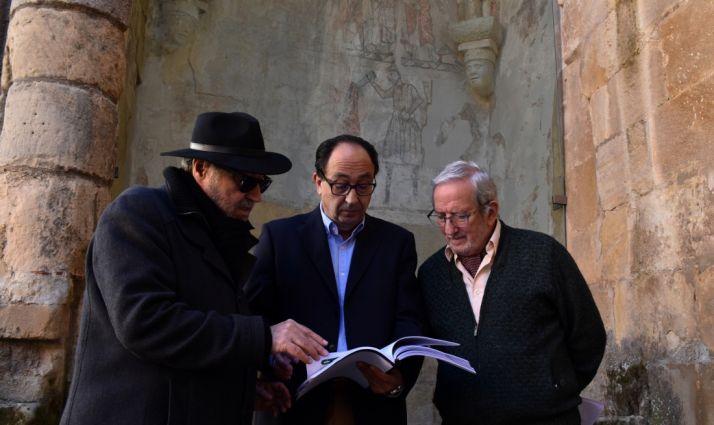 Carlos de la Casa (izda.), Manuel López  y Jesús Bárez en la entrega oficial de la obra restaurada. /Jta.