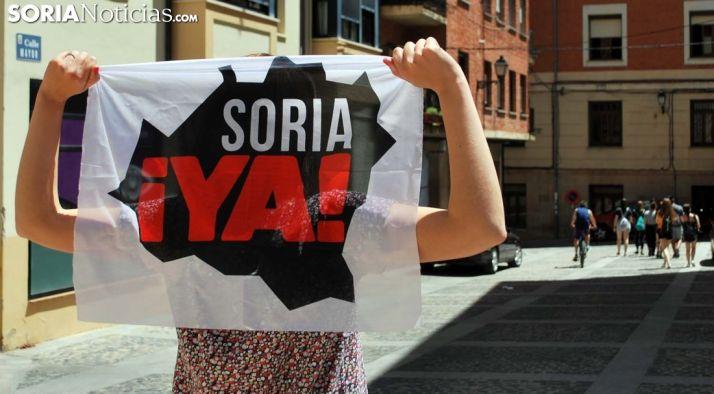 Una joven soriana con la bandera de la plataforma. /SN