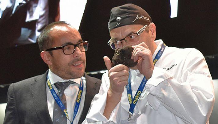 El presidente Luis Rey, con el chef Andrea Tumbarelo en la subasta de la trufa de Soria en Madrid Fusión.