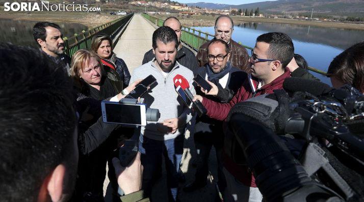 Luis Tudanca, este miércoles en el puente de Vinuesa sobre el pantano. /SN