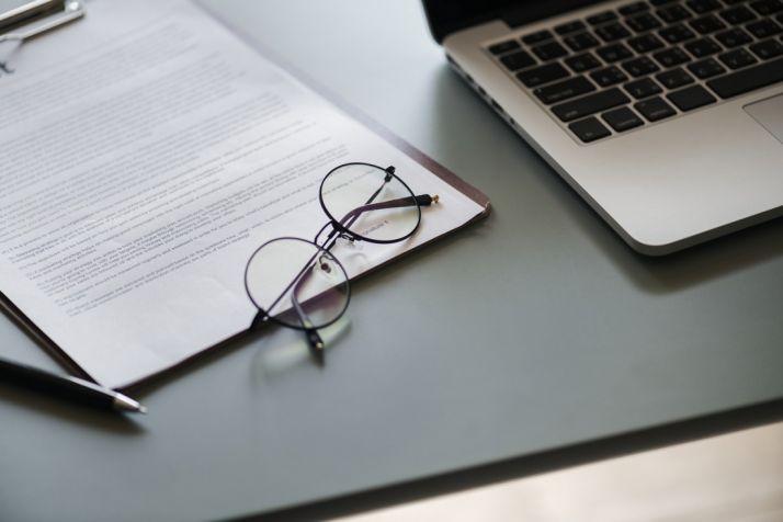 Gafas junto a un ordenador. Colegio de Ópticos-Optometristas de Castilla y León