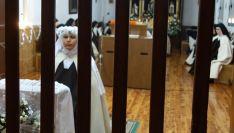La hermana, a la izquierda, durante la ceremonia. /DOS