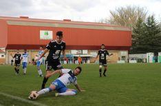 Momento de disputa del balón en La Arboleda. /BD