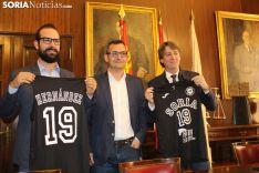 Entrega de camisetas al Ayuntamiento de Soria por parte del CSB.