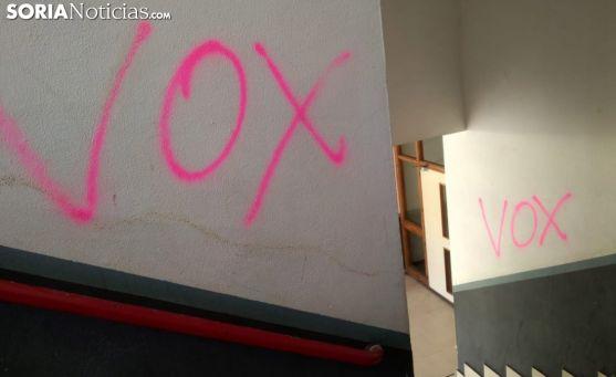 Imagen de las pintadas en las escaleras del edificio. /SN