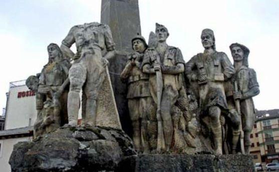 Imagen del monumento al general con la efigie descabezada.