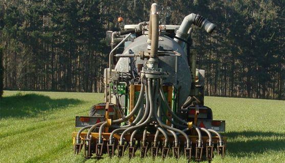 Una cisterna aplicando purines ganaderos.