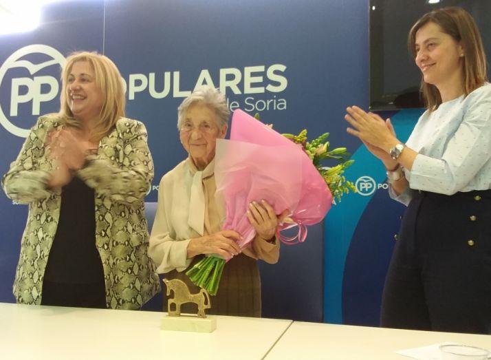 Carmen de la Mata (centro) recibe un ramo de flores y un sentido aplauso.
