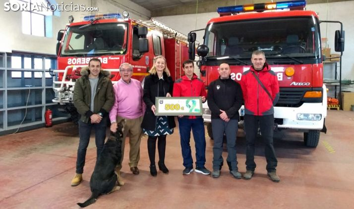 Entrega del cheque en el parque de bomberos adnamantino. /SN
