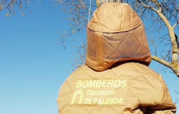 Un bombero palentino con uno de los trajes especiales adquiridos por la Diputación de esta provincia. /DP