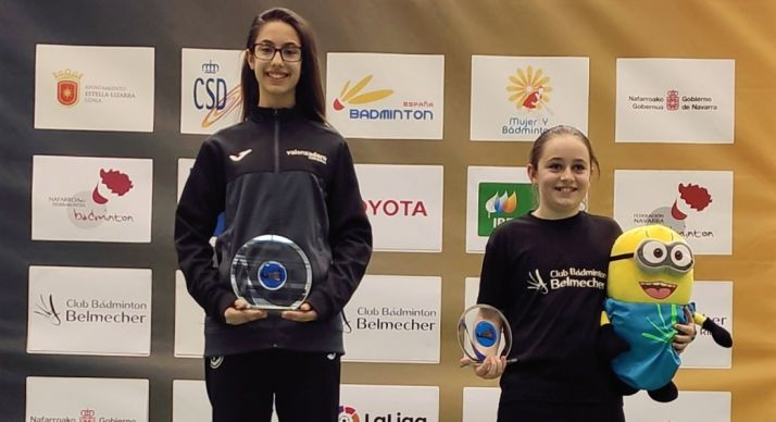 Carmen, a la izquierda, en el podio de Estella. /CVB