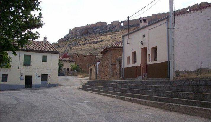 Una de las calles de Gormaz, con la fortaleza al fondo.