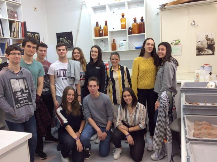 Alumnos del IES Antonio Machado en el laboratorio de restauración del Museo Numantino.
