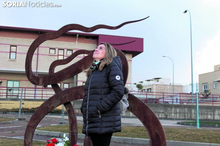Mamen Rubio, delante del monumento dedicado a su hija María García, mira al cielo.