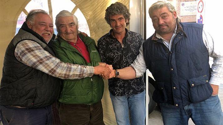 Sanz, (2º dcha.) con la familia de ganaderos que ahora le apoderan.