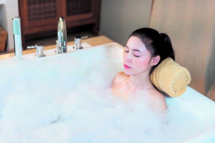 Relax en la bañera. Imagen de archivo