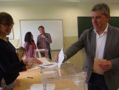 Javier Antón, del PSOE al Congreso, votando en el Pico Frentes