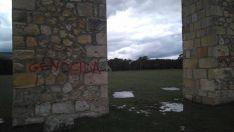Foto 2 - El arco del campamento de La Nava de Covaleda, víctima de un acto vandálico
