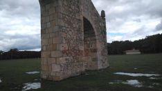 Foto 3 - El arco del campamento de La Nava de Covaleda, víctima de un acto vandálico