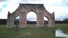 El arco del campamento de La Nava de Covaleda, víctima de un acto vandálico