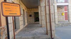 Entrada al colegio electoral de Almenar, donde 236 vecinos tienen derecho a voto.