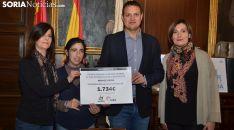 Entrega del cheque por parte de Alberto García a Aspace, representada por Laura de diego y Milagros Cintora (izda.). /SN)