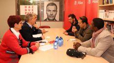 Candidatos socialistas sorianos (izda.) con empleados de la BRIF.